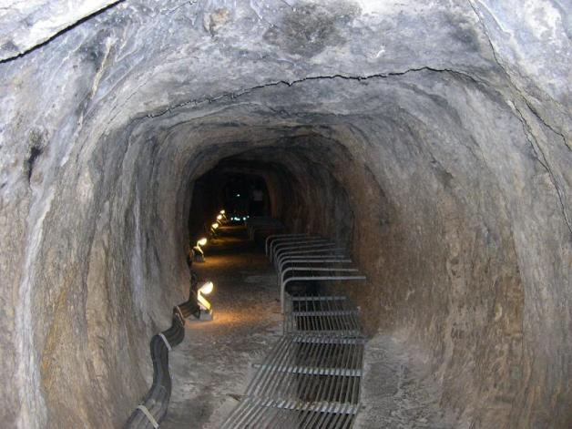 Tunnel_of_Eupalinos.jpg